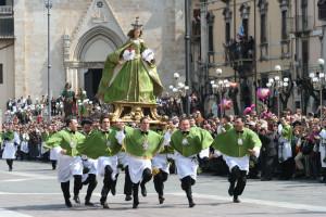 Sulmona La Madonna che scappa in piazza
